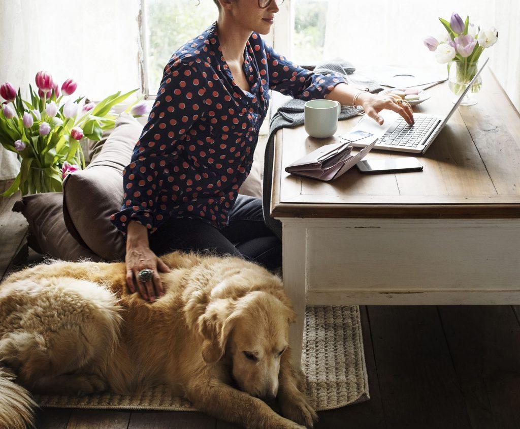vrouw schrijft hondenblog